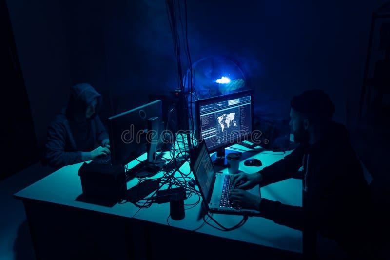 编码病毒ransomware的被要的黑客使用膝上型计算机和计算机 网络攻击,系统打破和malware概念 免版税图库摄影