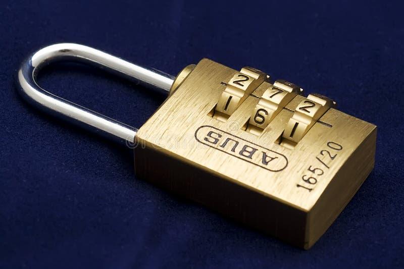 编码锁定在蓝色背景 免费库存图片