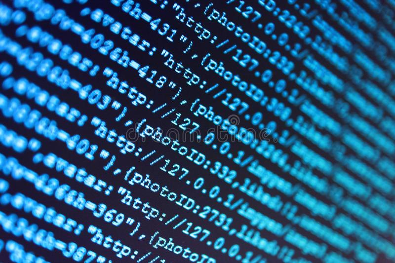 编程的代码抽象技术 在屏幕上的数字式二进制数据 IT专家工作场所 免版税图库摄影