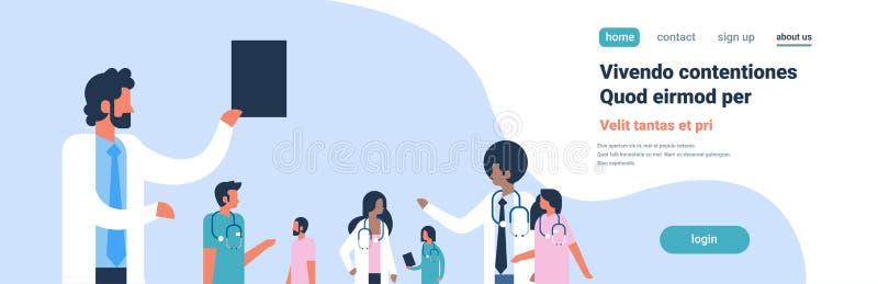 编组医生听诊器医院通信不同的混合种族医护人员蓝色背景平的画象拷贝 皇族释放例证