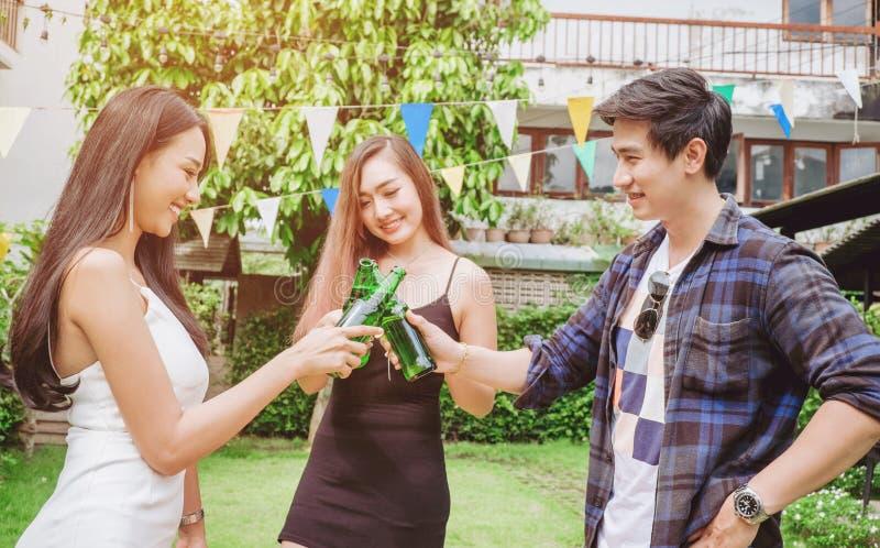 编组庆祝啤酒节日的朋友年轻亚裔人民愉快 图库摄影