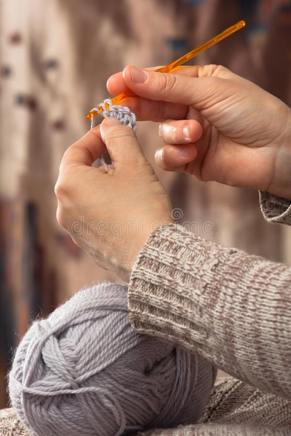 编织与钩针的妇女手 免版税库存照片