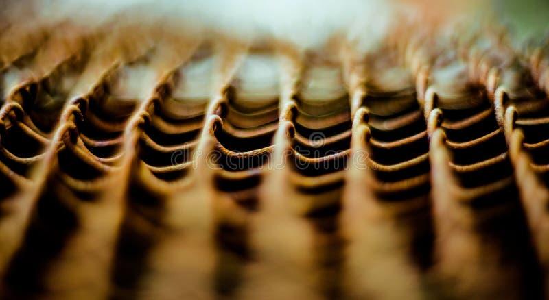 编织从导线的生锈的铁网 与景深的表面 特写镜头滤网背景 库存图片