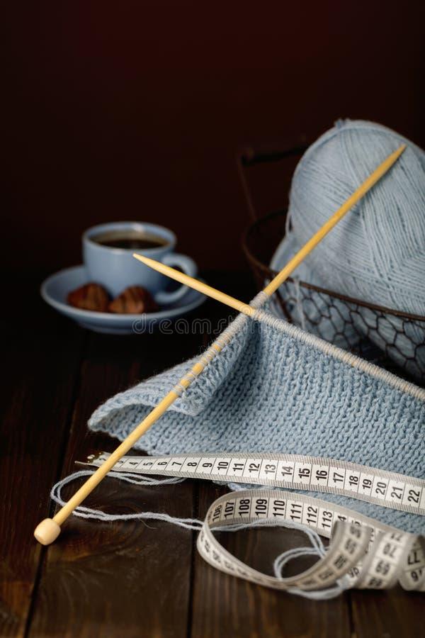 编织从浅兰的毛线 咖啡和巧克力 免版税库存照片