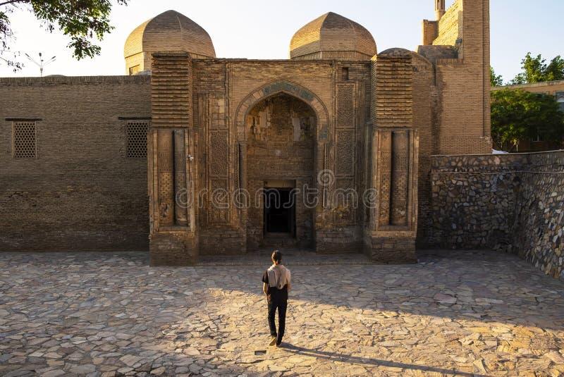 编织地毯的博物馆,前Magoki-Attari清真寺,布哈拉,乌兹别克斯坦 去入口的人 库存照片