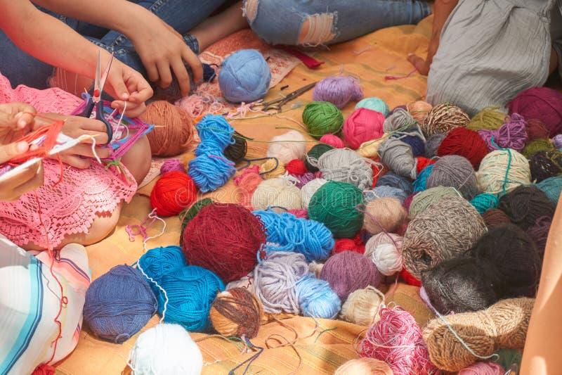 编织小组的妇女钩编编织物或 免版税库存照片