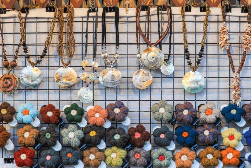 编织是为妇女装饰的花和项链 免版税库存照片