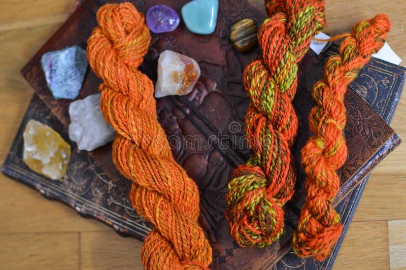 编织的五颜六色的毛纱 免版税库存图片