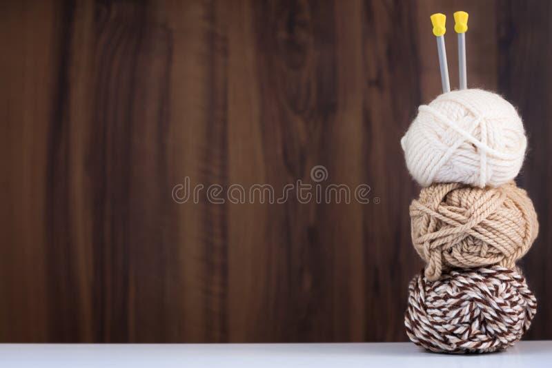 编织的白色的三条螺纹和布朗颜色和轮幅 免版税库存图片