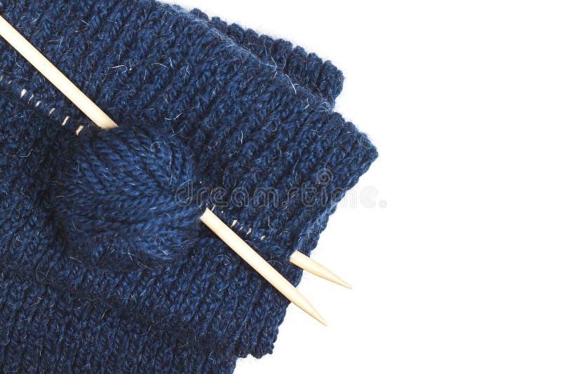 编织的过程 蓝色羊毛螺纹和编织针特写镜头球在木桌上在土气 needlecraft 免版税库存照片