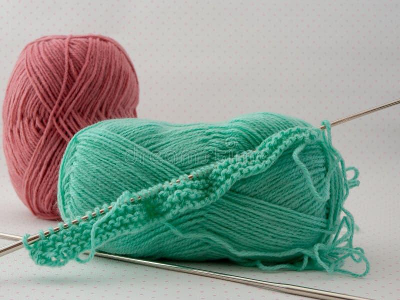 编织的进展工作 编织针和羊毛 免版税图库摄影