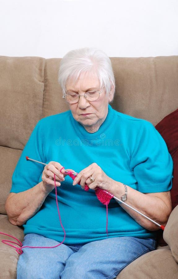 编织的高级妇女 库存照片