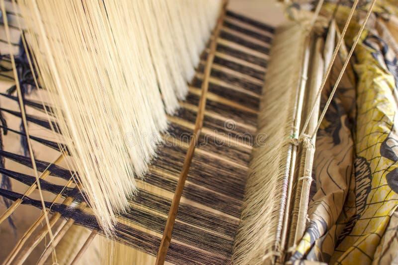 编织自创传统泰国织品的丝绸 si的过程 库存照片