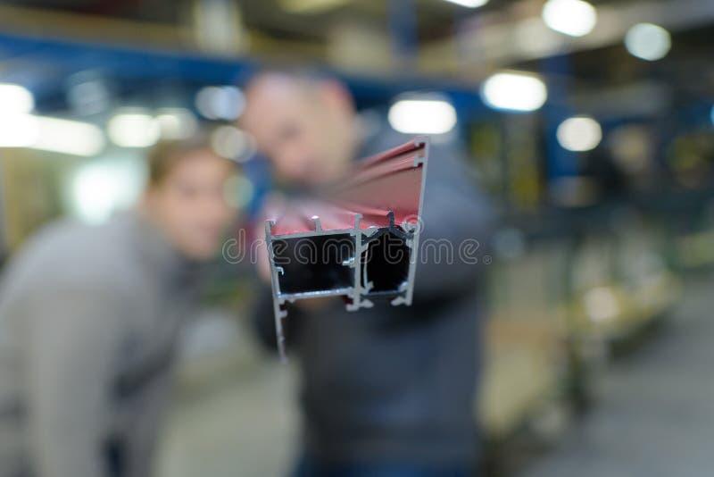 编结金属金属制品工厂-被弄脏的背景人民 图库摄影