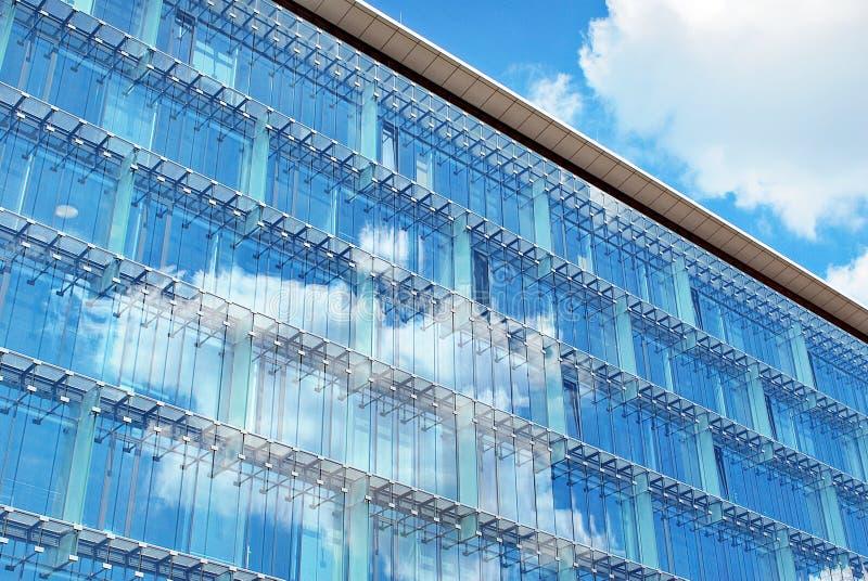编译现代 与玻璃门面的现代办公楼  库存照片