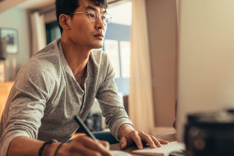 编辑在他的计算机上的摄影师图片 库存照片