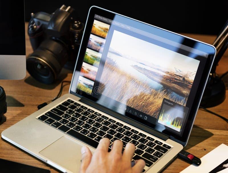 编辑在计算机上的人照片 库存图片
