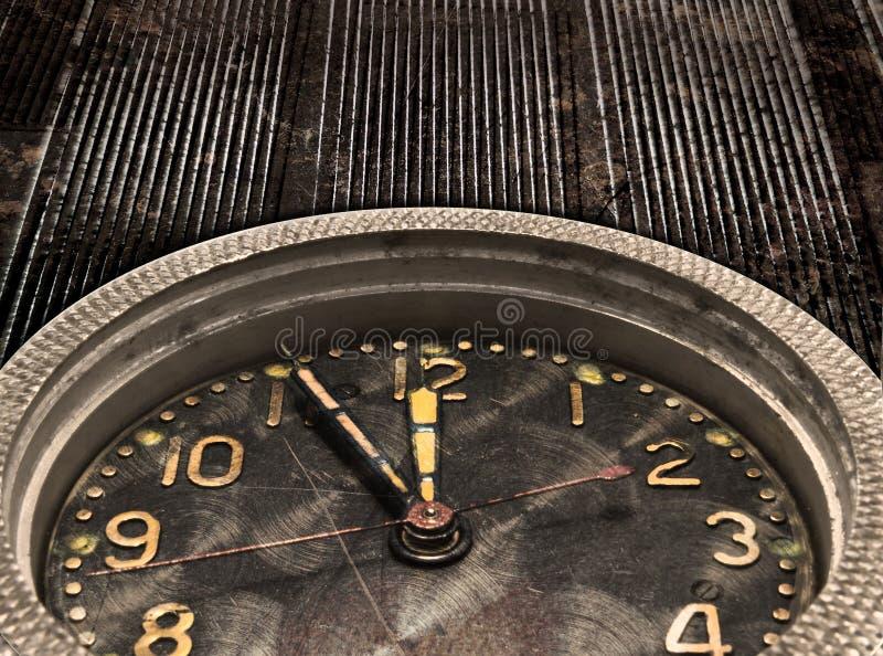编钟。时钟。观看在老脏的金属背景的机制 库存图片