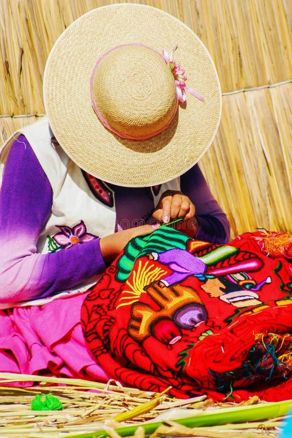 编织传统手工制造工艺的秘鲁妇女在Uros Islan 库存照片