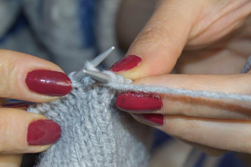 编织接近的现有量 人和针线概念-妇女递编织与钩针 免版税库存照片
