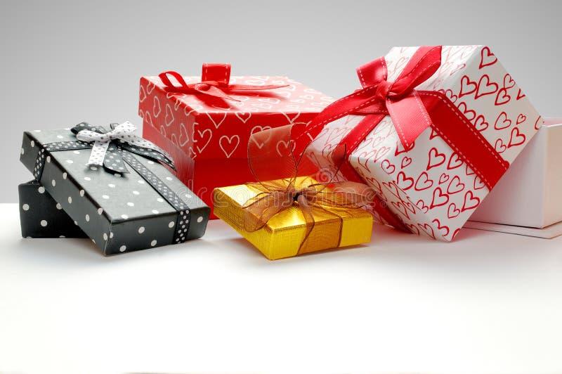 编组有弓的礼物盒与灰色背景前面 图库摄影