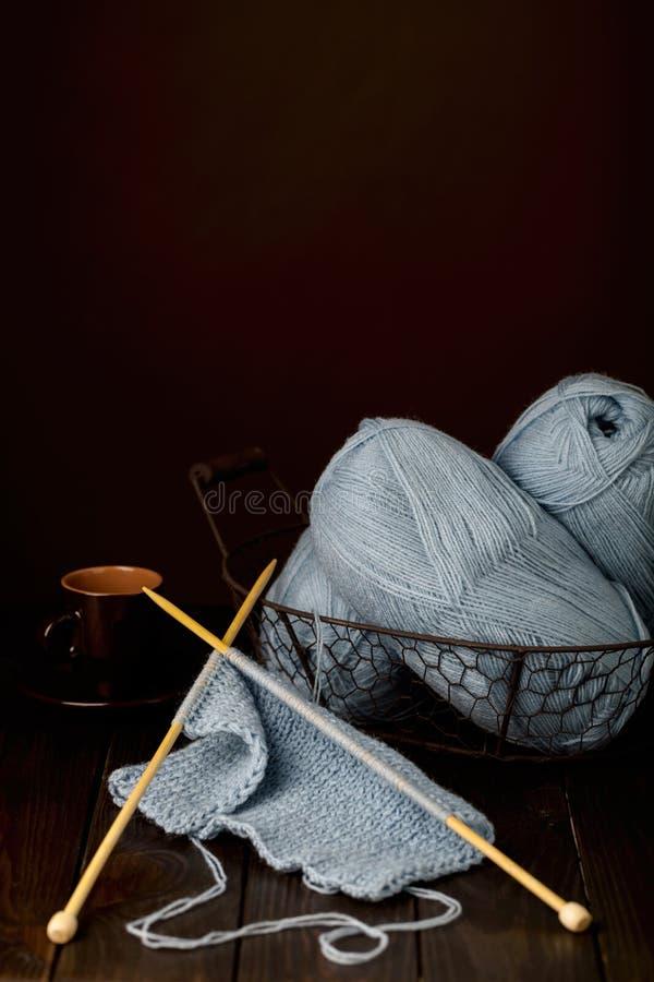 编织从浅兰的毛线和一杯咖啡 库存图片