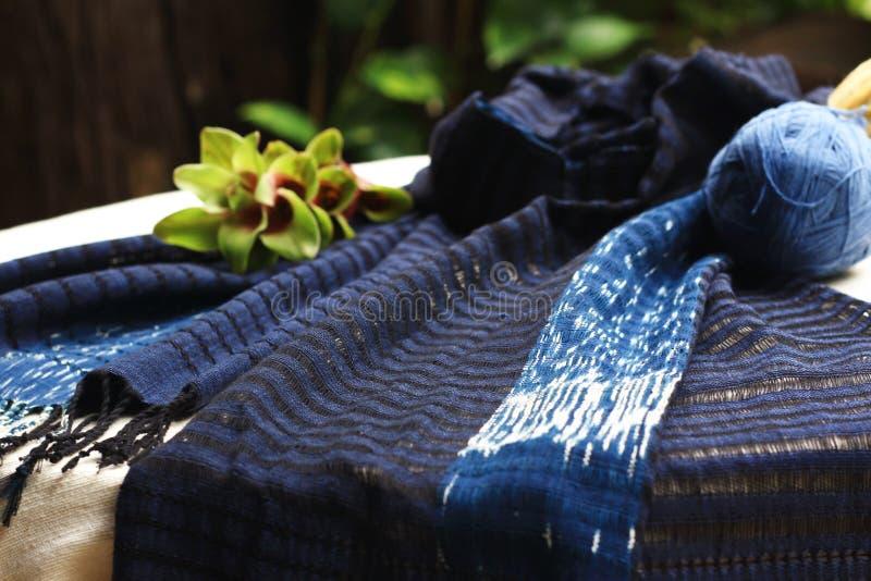 编织清迈泰国的靛蓝scraf 库存图片
