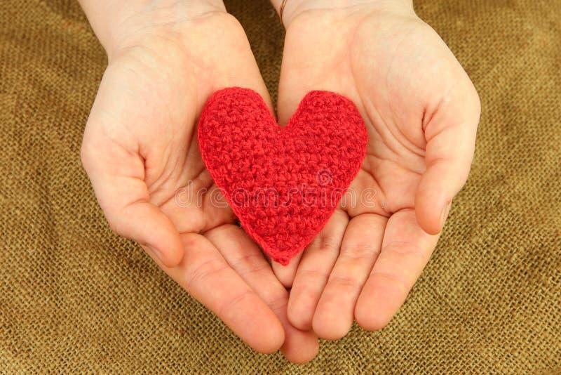 编织的心脏在手上 库存图片
