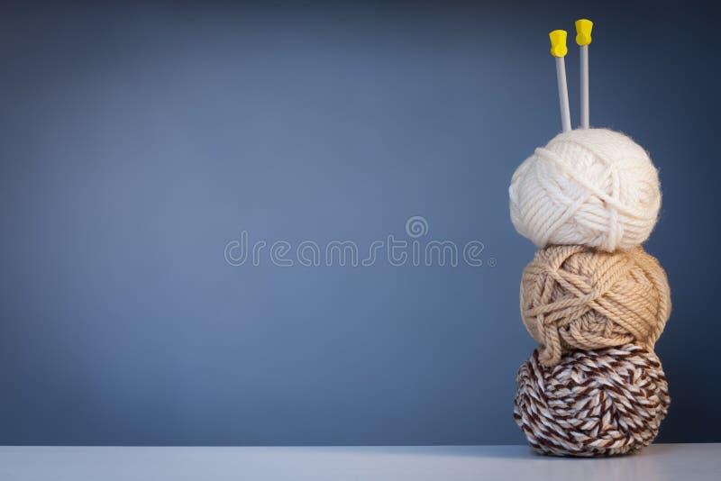 编织的白色的三条螺纹和布朗颜色和轮幅  免版税库存照片