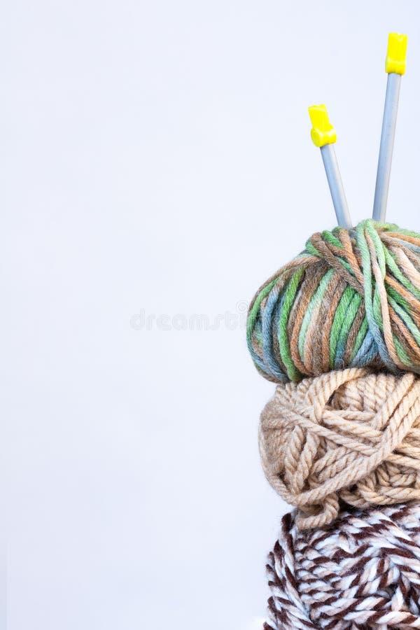 编织的白色的在白色的螺纹和布朗颜色和轮幅 免版税库存图片