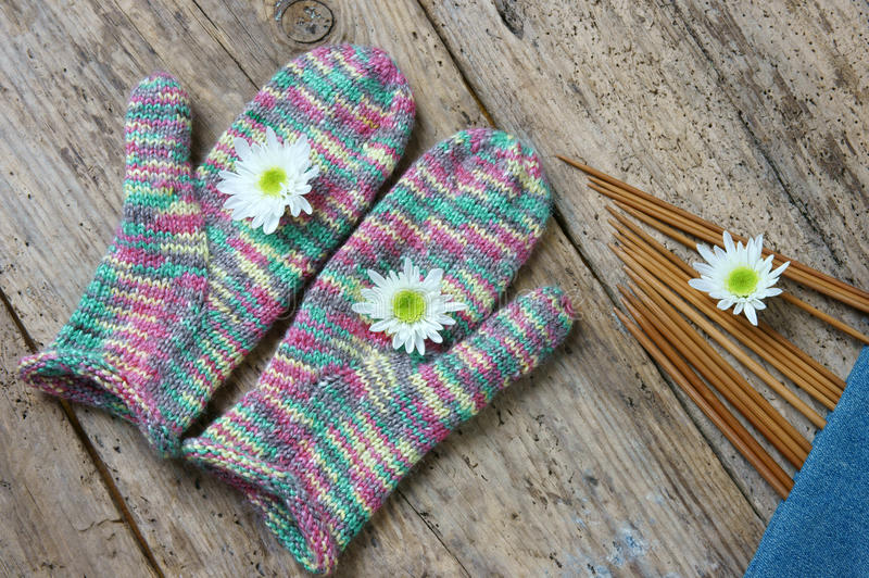 编织的羊毛手套圣诞节礼物冬天 库存照片