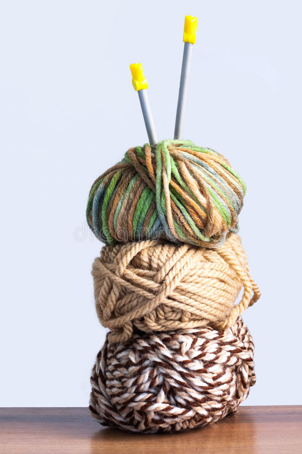 编织的绿色、布朗颜色和轮幅的三条螺纹求爱 免版税库存照片