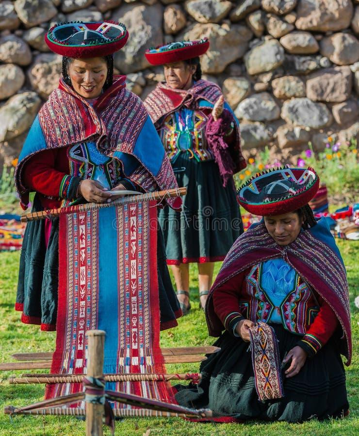 编织秘鲁安地斯库斯科省秘鲁的妇女 库存照片