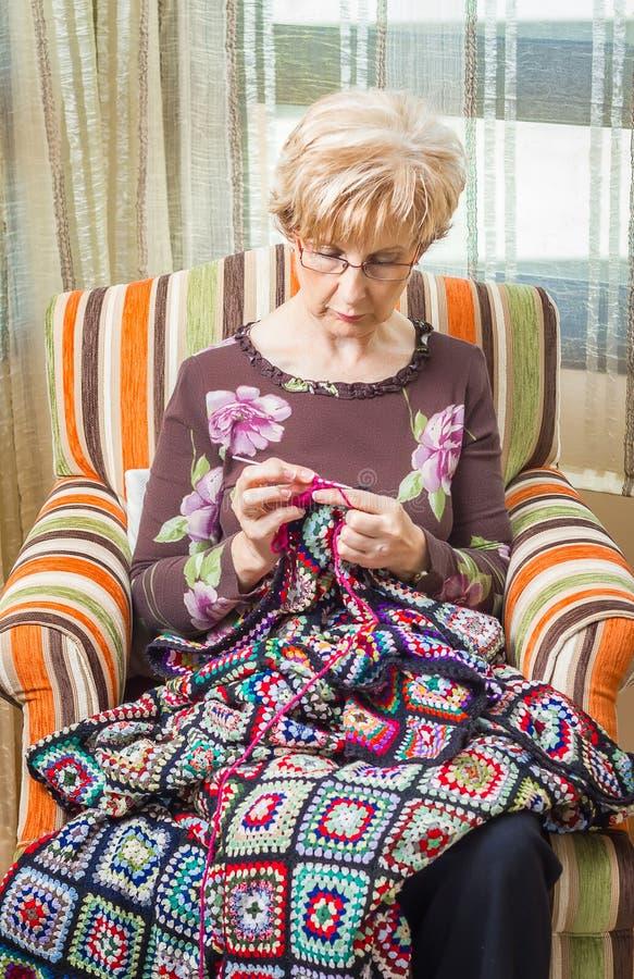 编织葡萄酒羊毛的妇女画象缝制 免版税图库摄影