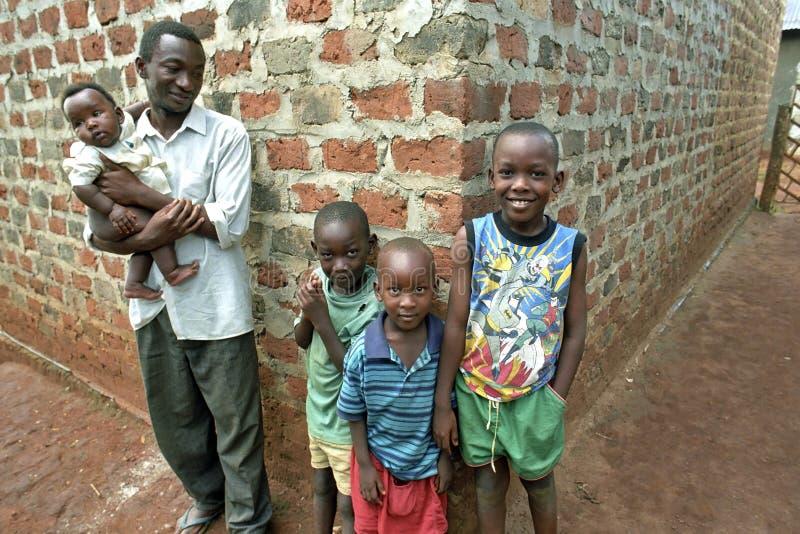 编组画象乌干达家庭、父亲和孩子 库存图片