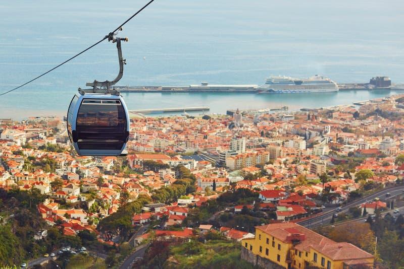 缚住在丰沙尔,马德拉岛海岛,葡萄牙的索道客舱 免版税库存照片