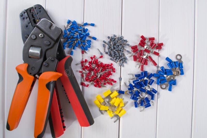 缚住把手用不同的颜色和大小,为起皱的工具 库存照片