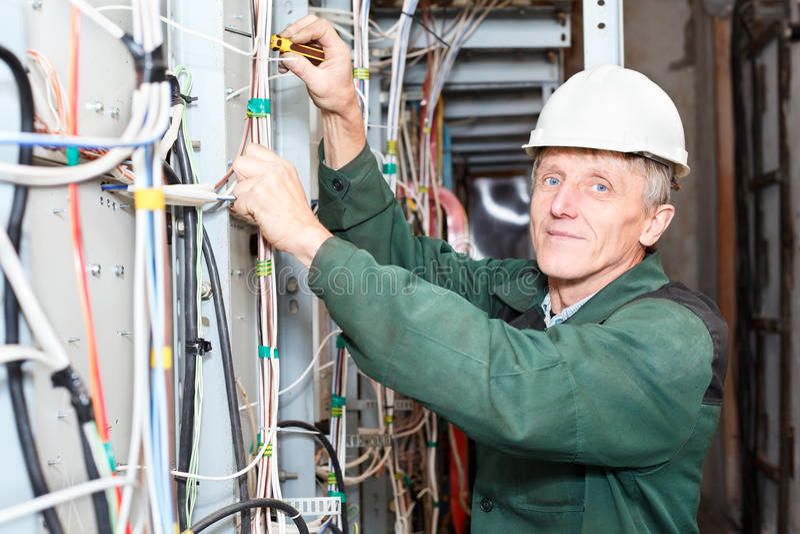 缚住电工安全帽成熟工作 库存照片