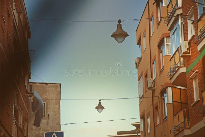 缚住的街灯在邻里 库存照片