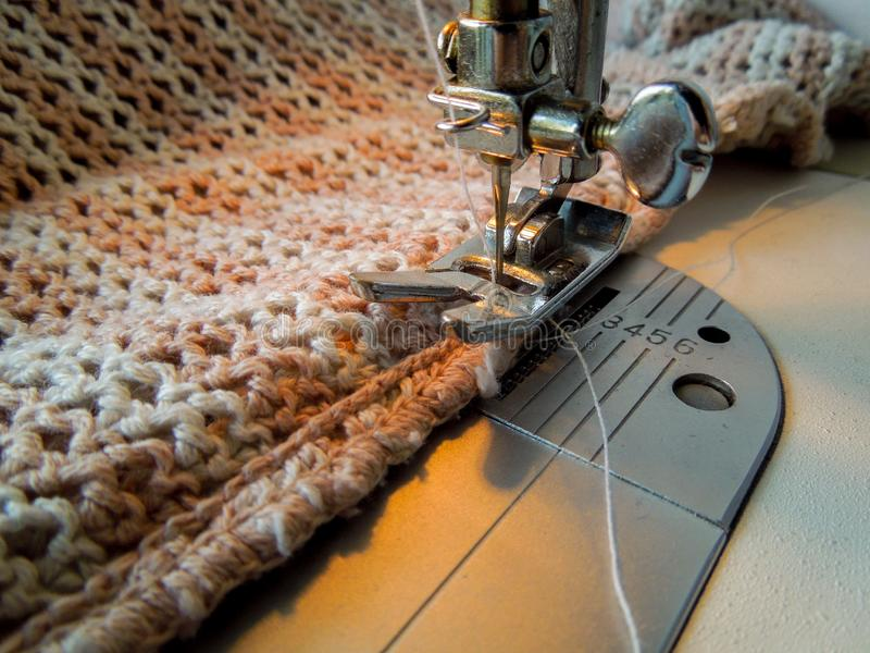 缝合一种钩针编织的织品的缝纫机 免版税库存图片