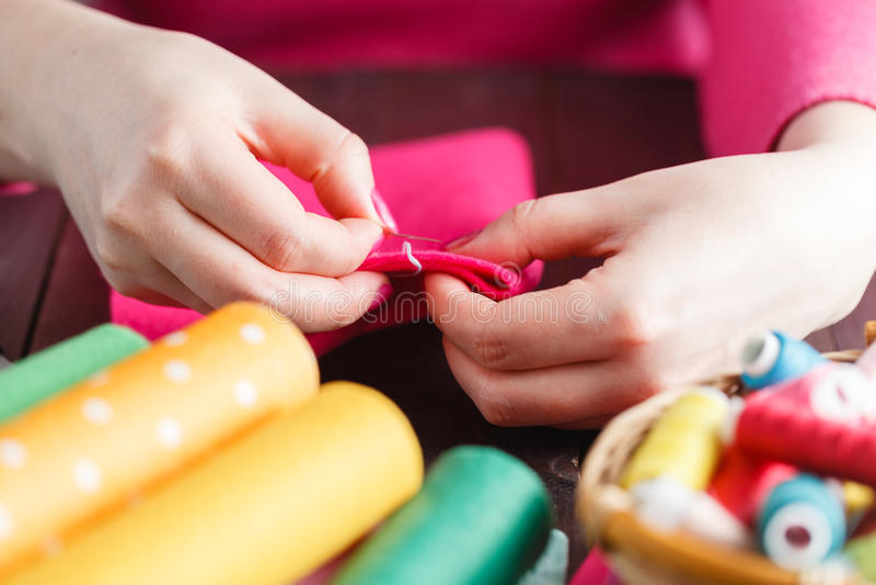 缝合与毛毡和针的手工制造软的玩具的过程 免版税库存照片