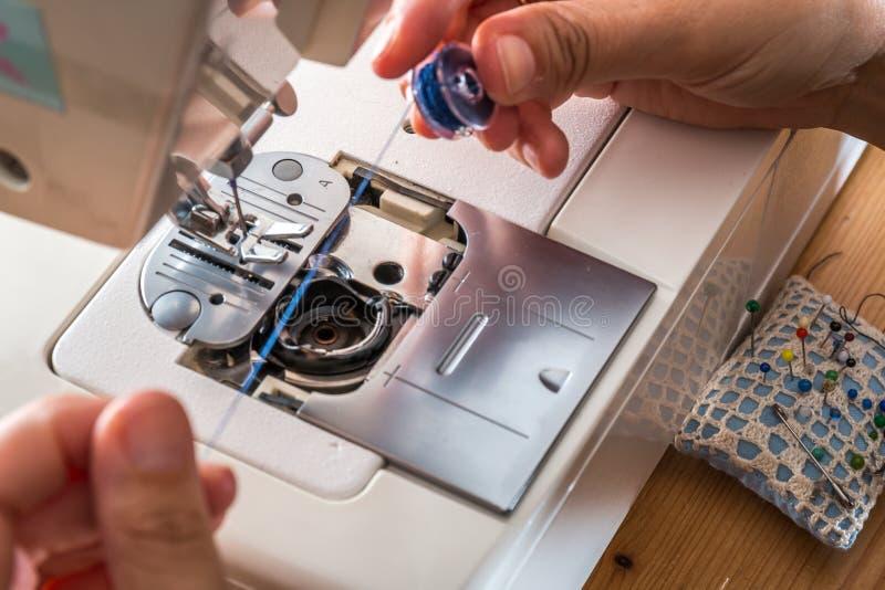 缝合与缝纫机的妇女 库存图片