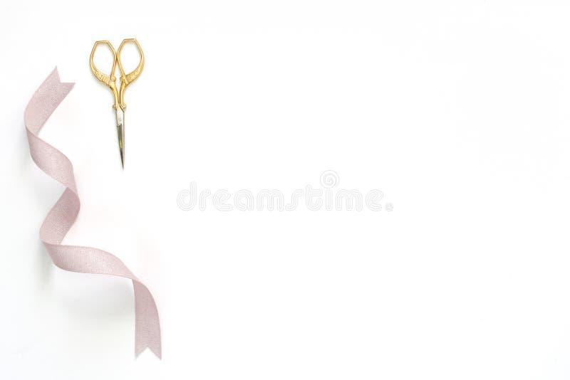 缝合和刺绣,有淡紫色丝带的金剪刀 免版税库存图片