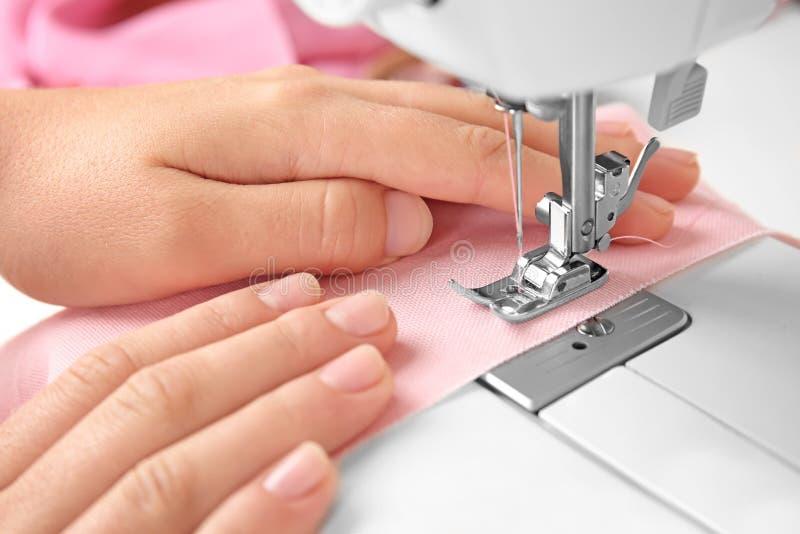 缝合在机器的妇女 图库摄影