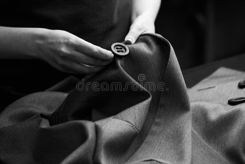 缝合对夹克的按钮 免版税库存照片