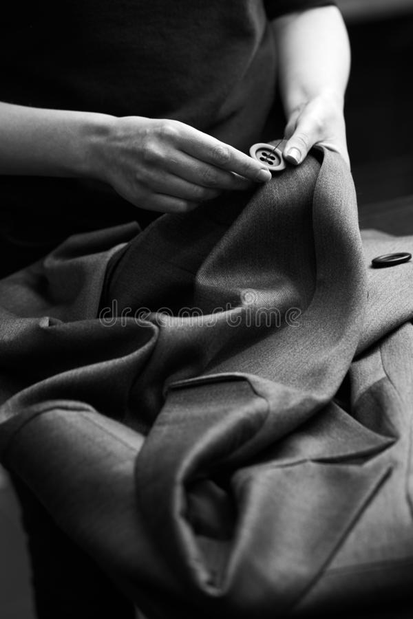缝合对夹克的按钮 库存图片