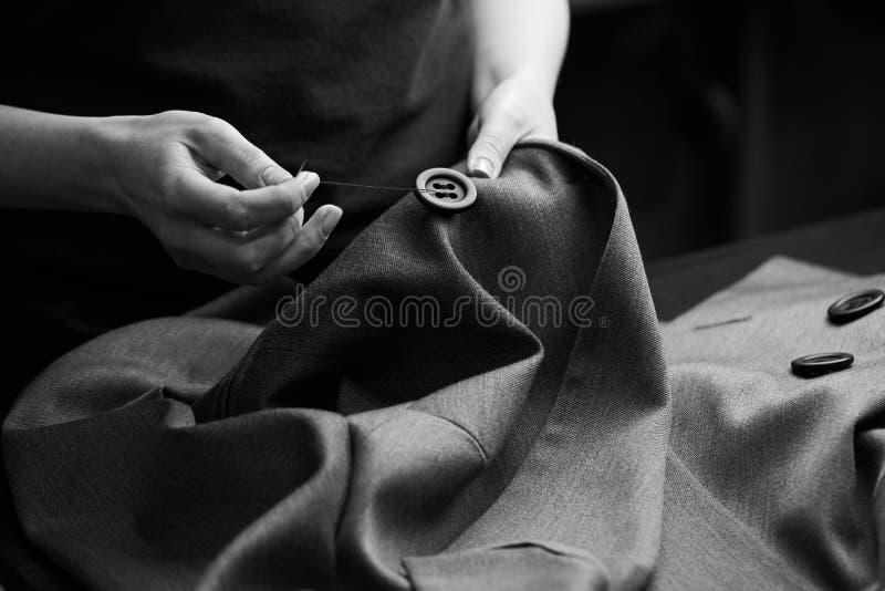 缝合对夹克的按钮 免版税图库摄影