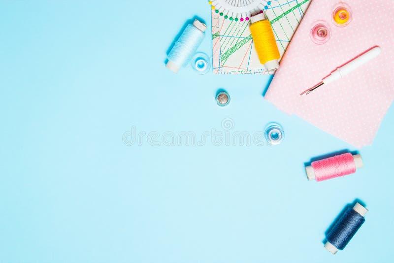 缝合的供应、样式和辅助部件针线的在蓝色背景,缝,刺绣 r r 库存照片