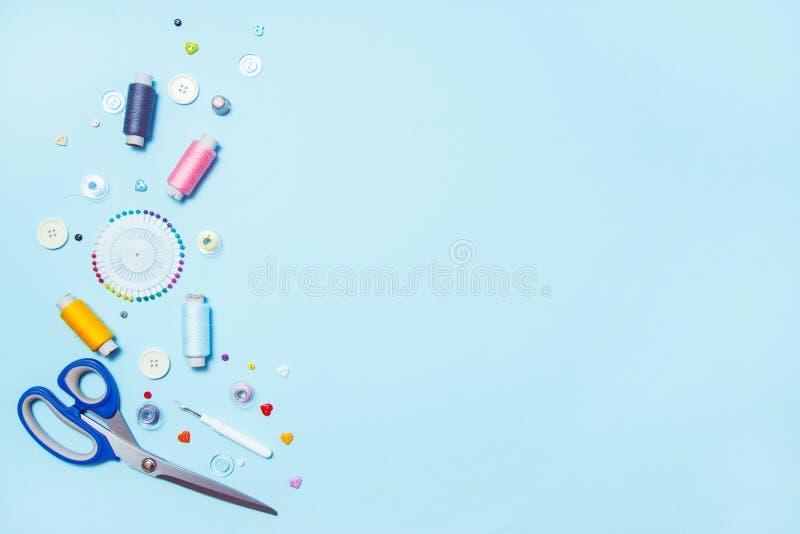缝合的供应、样式和辅助部件针线的在蓝色背景,缝,刺绣 r r 库存图片