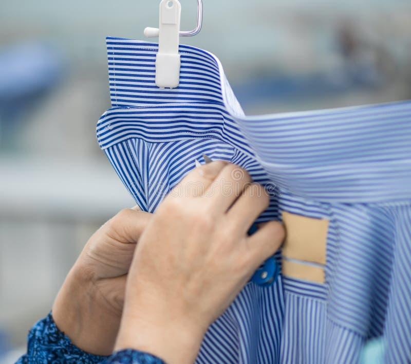 缝合的衬衣的车间在纺织品工厂 免版税库存图片